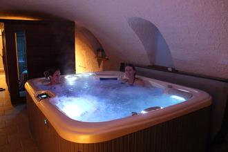 le spa dans l'ancien caveau voûté du Domaine Delabaude
