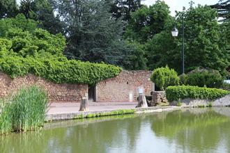 Les vestiges des anciennes douves du chateau de St André d'Apchon